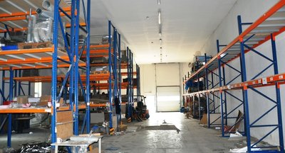 Prodej / pronájem komerčního areálu: výroba, skladovací a provozní prostory (Točná u Prahy)