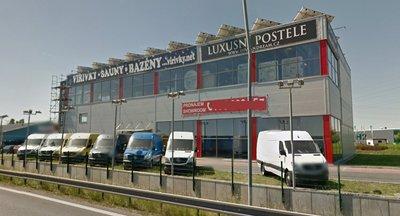 Nabízíme k pronájmu obchodní/skladovací prostory ve výborné lokalitě přímo u dálnice D1 v Jažlovicích na Praze východ.