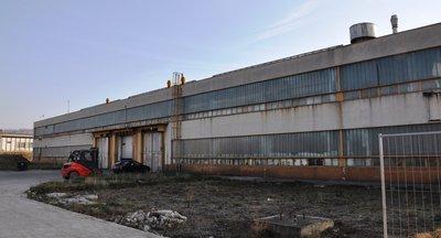 Mieten: Lagerhallen und Fabrikgebäude , gepflasterte Flächen, Most