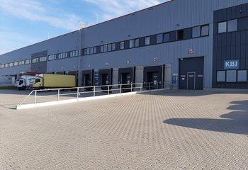 Ein professionelles Logistikunternehmen bietet seine Dienstleistungen in Hostivice in der Nähe der Autobahn Prag - D6 an.