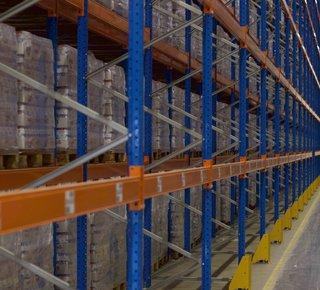 Das Logistikunternehmen bietet seine Dienstleistungen an einem strategischen Standort in Prag 9 - Horní Počernice - D11 an.