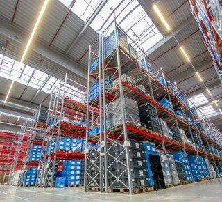 Moderní skladové prostory k pronájmu, vč. komplexních logistických služeb, nedaleko D7, průmyslová zóna Triangle. Skladování, které splňuje požadavky zákazníků.