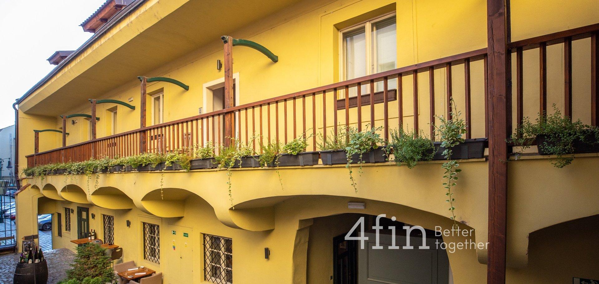 Pronájem atypického jednopokojového podkrovního bytu v centru Prahy