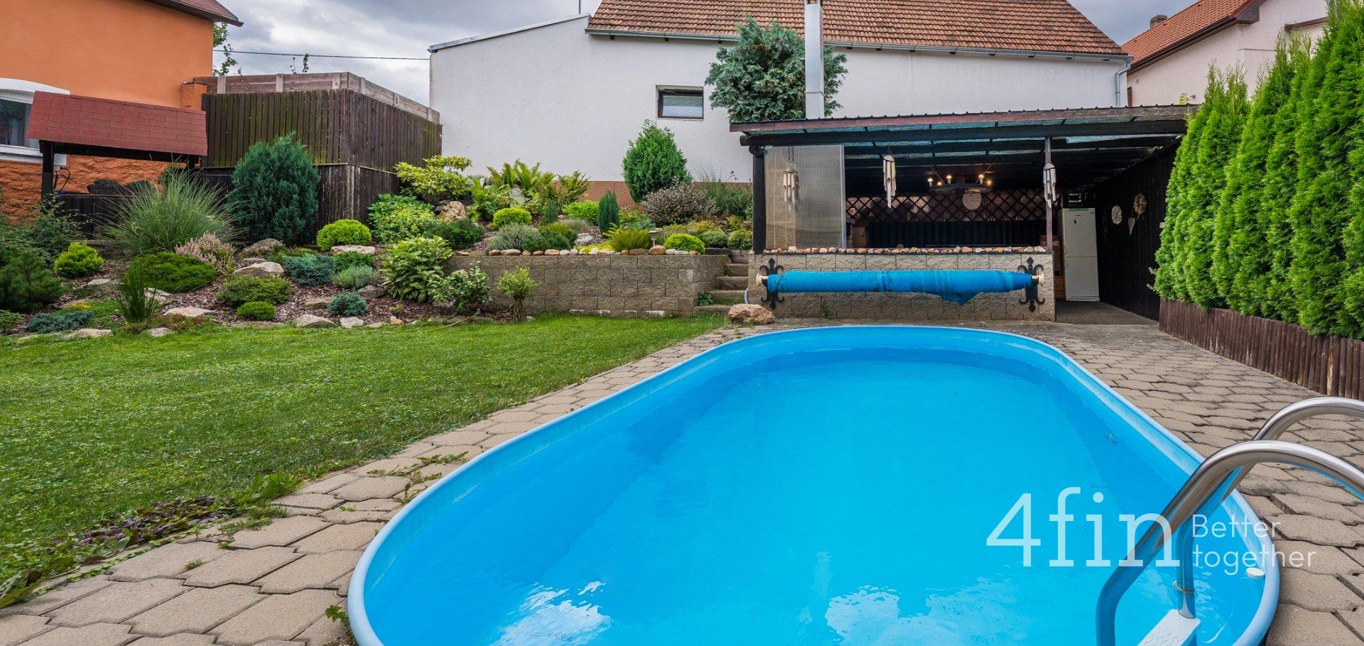 Vícegenerační dům s bazénem v Dolních Břežanech