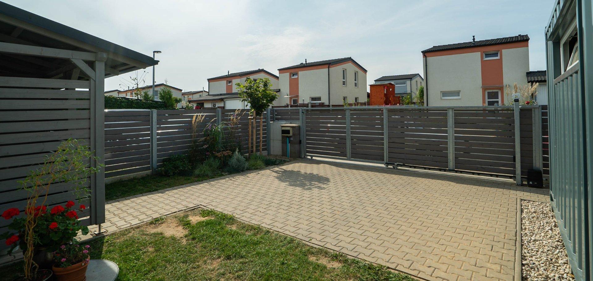 Moderní řadový rodinný dům se zahradou a terasou