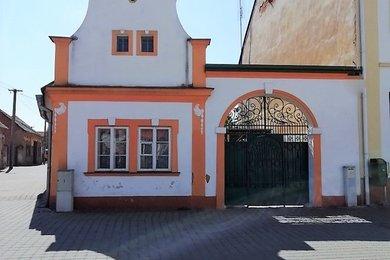 Prodej rodinného domu se 3 bytovými jednotkami a zahradou, Dobřany, Ev.č.: 00027