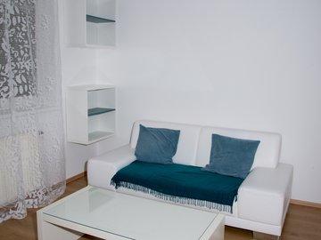 Pronájem hezkého, zařízeného bytu 2+kk, 37,9m² , Praha 10 - Vršovice; kryté garážové stání