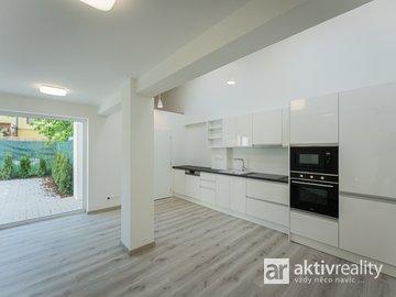 Pronájem slunného bytu se soukromou předzahrádkou, 2+kk, 65m² - Neratovice, Ul.Školní