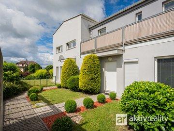 Prodej hezkého rodinného domu 93m² o dispozici 4+kk vč. 2 parkovacích míst - Praha západ, Jinočany