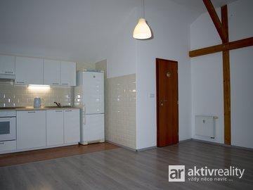 Pronájem hezkého podkrovního bytu 2+kk v RD, 46m²