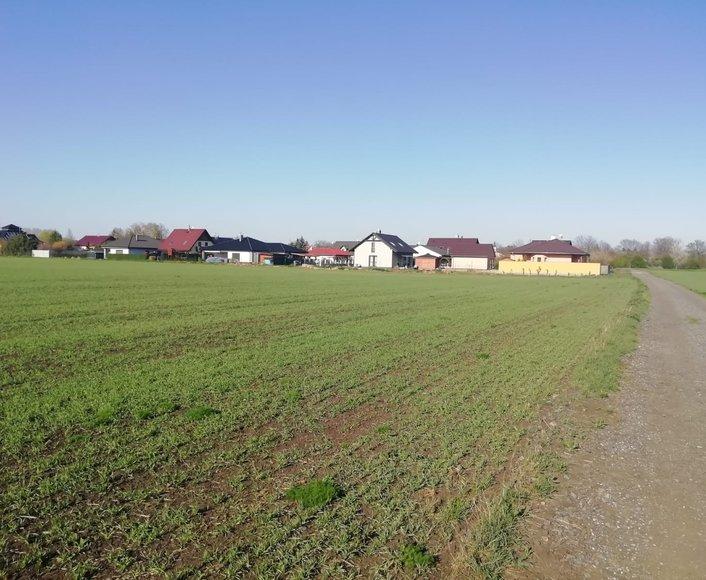 Prodej krásného stavebního pozemku v klidné části obci Bystročice