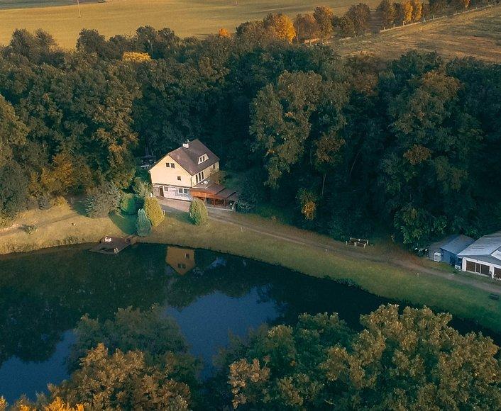 Prodej unikátní nemovitosti s rybníkem a pozemkem o celkové rozloze 18.744 m2 v klidné obci Mohelnice - Květín