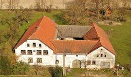Prodej zemědělské usedlosti 700 m2 s vnitřním dvorem a parcelami celkem 6172 m2 v obci Sebranice