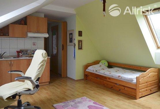 2Obývací pokoj s kuchyňským koutem