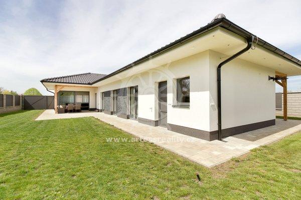 Novostavba samostatně stojícího luxusního rodinného domu se zahradou, Blažovice, okres Brno - venkov