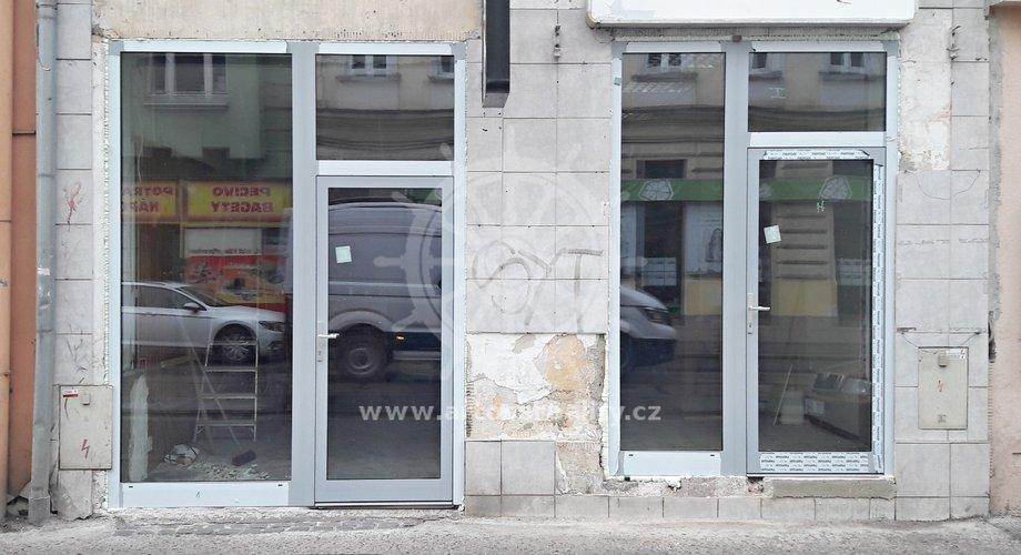 Aktuálně: v prostoru byly vyměněny vstupní dveře a výloha