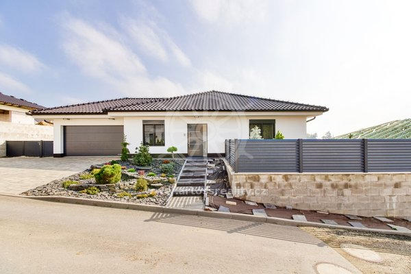 Prodej luxusní novostavby samostatně stojícího rodinného domu s dvougaráží a  zahradou, Hajany, okres Brno - venkov, CP 748m2