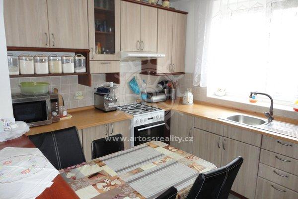 Prodej rodinného domu s přístavkem a zahradou, na ulici Dvorní, Pohořelice, Brno-venkov, CP 339m2