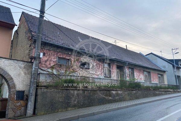 Prodej rodinného domu k demolici s velkorysým pozemkem 1442 m2 v centru obce Holubice