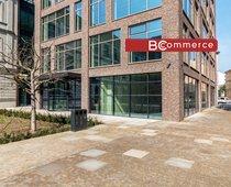 Pronájem přízemních obchodních prostor v nové moderní administrativní budově, 198m2