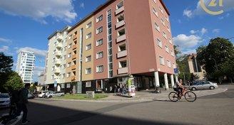 Obchod s výlohou na rohu ulic Cihlářská a Burešova