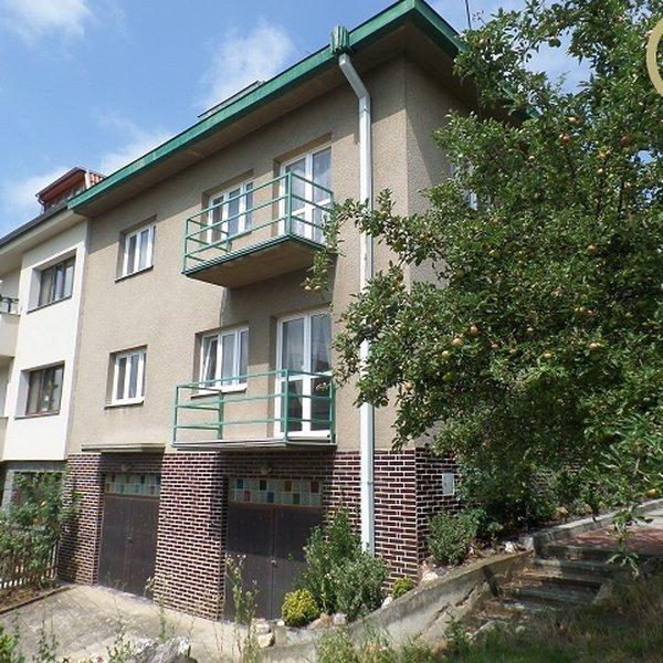 Rezervace - Prodej velkého domu s dvougaráží a pozemkem 768 m2