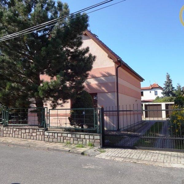 Prodej 6+1 v Praze 4 Modřanech, 2 garáže, zahrada