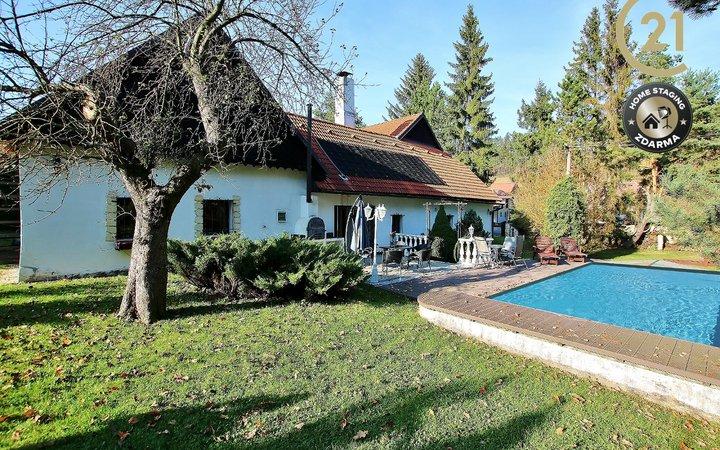 Prostorný atriový dům s bazénem