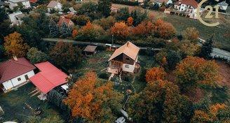 Stavební pozemek s chatou u Dolních Břežan