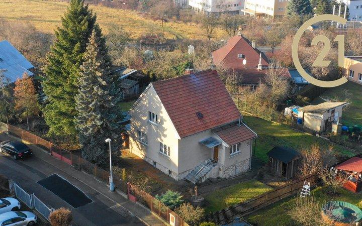 Útulný rodinný dům 5+1, s užitnou plochou 170 m2 a s pozemkem 966 m2, Praha 12 - Komořany.