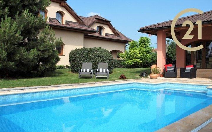 Rodinný dům s bazénem na velkém pozemku