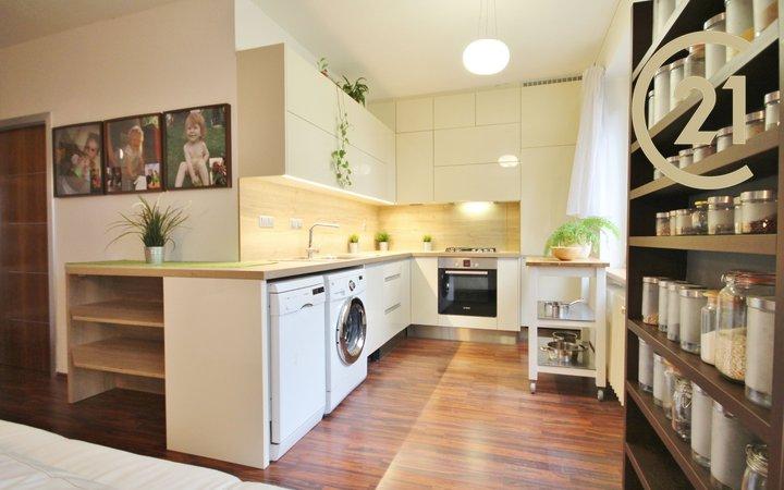 Prodej zrekonstruovaného cihlového bytu 3+kk, 63m², Kuřim, ulice U Stadionu.