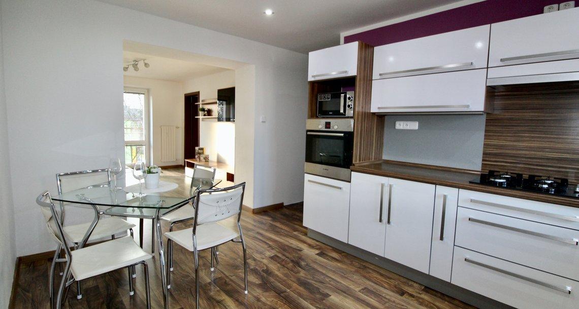 Kuchyň s průchodem do obývacího pokoje