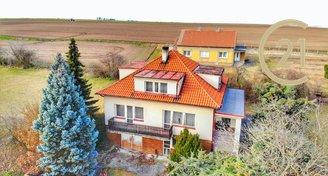 Krásný rodinný dům 250m2 s pozemkem 829m2 a garáží v Beřovicích