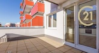 Byt 1+kk (33,50 m2), terasa (20,70 m2) a předzahrádka