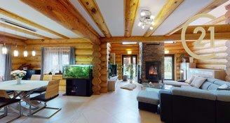 Dvougenerační rodinný dům - dřevěný srub, vhodný též pro podnikání