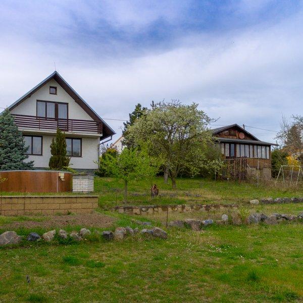 Exkluzivně nabízíme prodej domu se slunným pozemkem v obci Zdiby