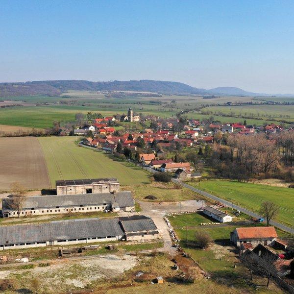 Prodej komerčního areálu 7807m2s halou v obci Starkoč