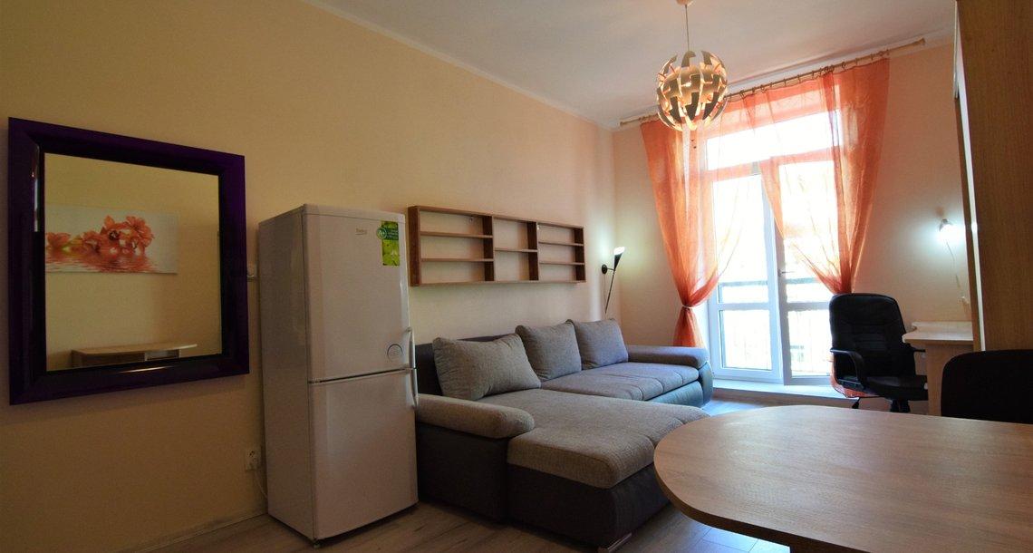 Obývací pokoj s kuchyňským koutem a balkónem
