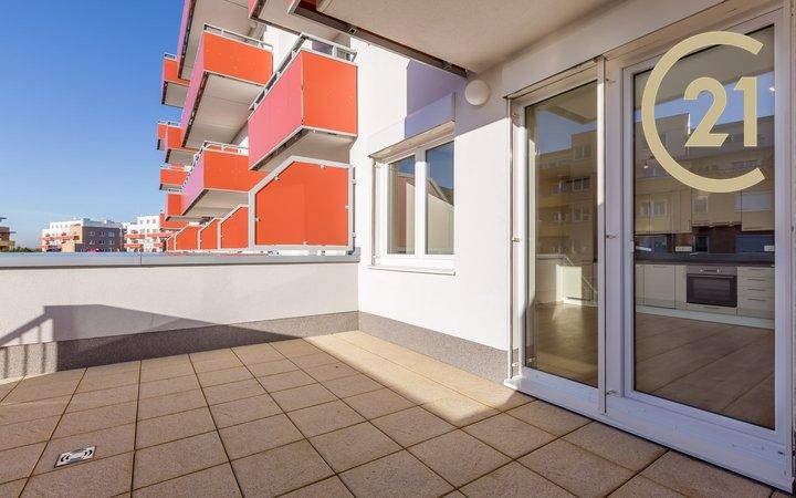 Byt 1+kk (33,50 m2), terasa (20,70 m2) a předzahrádka (100 m2)