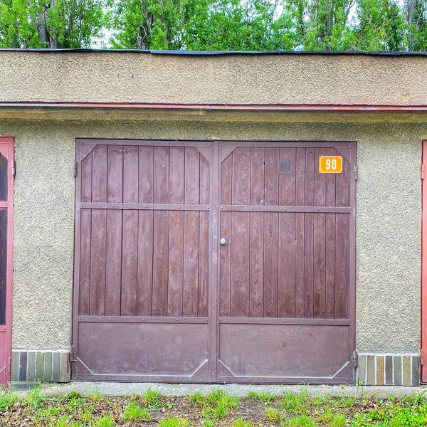 Prodej zděné garáže 19m2 s elektřinou v centru Slaného