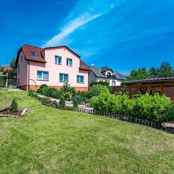 Prodej bytu 3+kk (72 m2) + terasa (14 m2) + zahrada (360 m2), Praha - Dolní Počernice