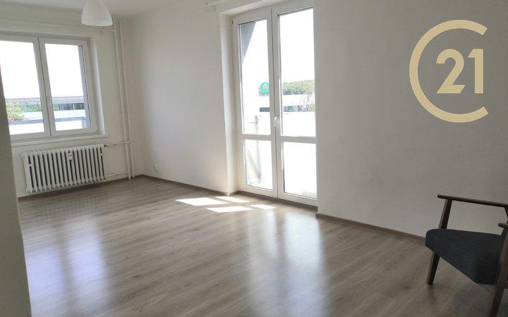 Čistý světlý byt s balkonem a francouzským oknem, bez zařízení