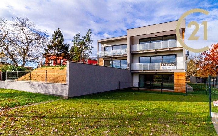 Nový moderní byt 4+kk, 87,4 m2, terasa 20,9 m2, zahrada 160 m2, 2x parkovací stání, Praha - Kunratice
