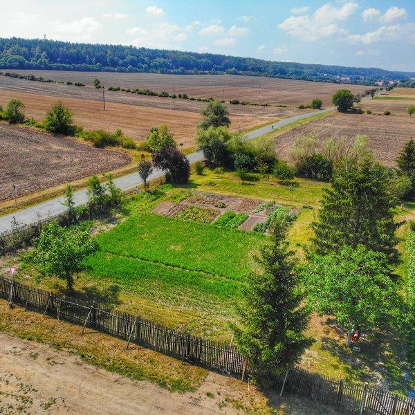 Krásný a slunný zasíťovány stavební pozemek 956m2, Řisuty u Slaného