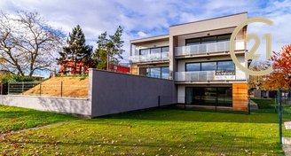 Nový moderní mezonetový byt 4+kk, 113 m2, terasa 21,03 m2, zahrada 247 m2, 2x parkovací stání, Praha - Kunratice
