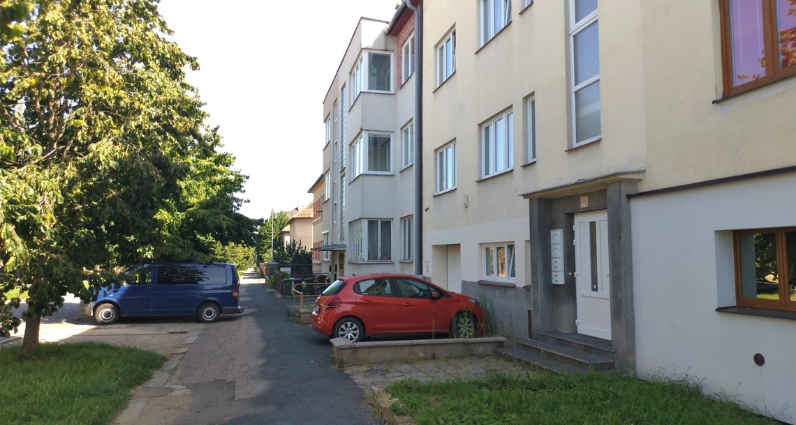 Ulice před domem