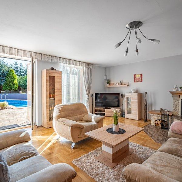 PRODEJ LUXUSNÍHO RODINNÉHO DOMU s  bazénem a saunou 8+2 – 328 m2, pozemek 999 m2, Libeň – Praha Západ
