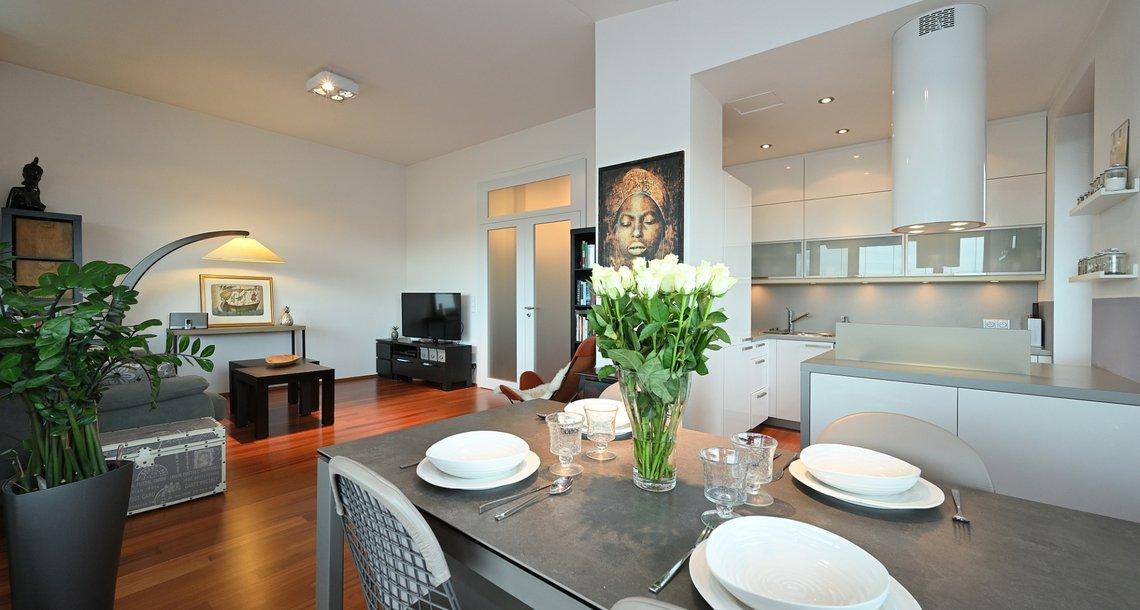 jídelní kout s kuchyní a obývacím prostorem