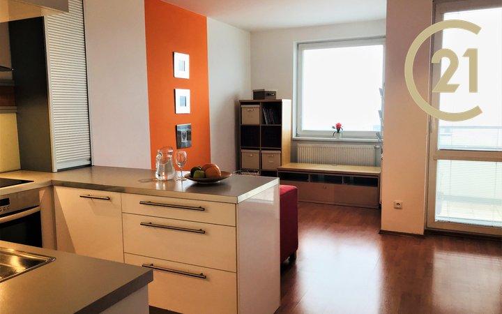Krásný prostorný zařízený byt 2+kk s balkónem a garáží